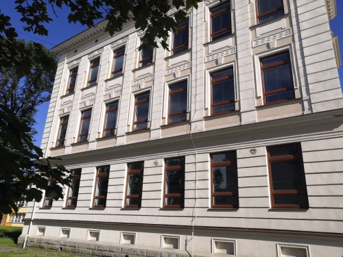Historická budova s dřevodekorem Noce Sorrento Balsamico